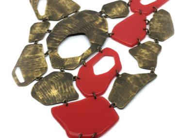 Grand collier plastron en laiton et Plexiglas rouge